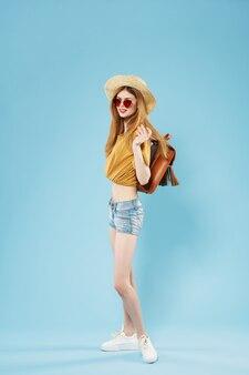 Mulher elegante com roupas de verão, posando de viagem de verão