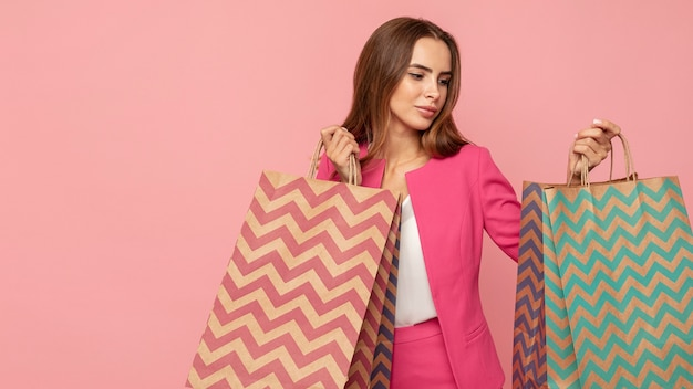 Mulher elegante com sacolas de compras
