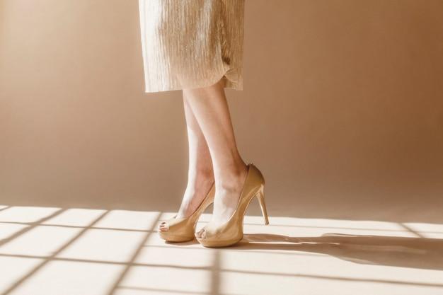 Mulher elegante com saltos cremosos
