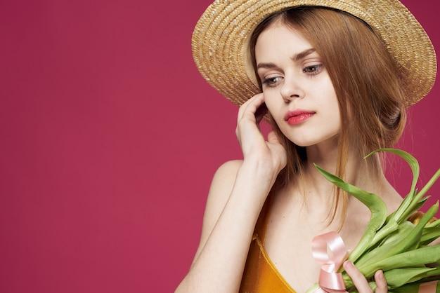 Mulher elegante com um chapéu buquê de flores luxo presente