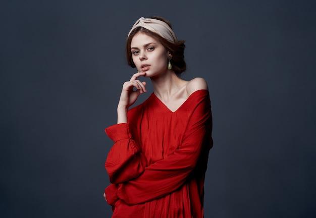 Mulher elegante com vestido vermelho turbante na cabeça brincos joias etnia modelo