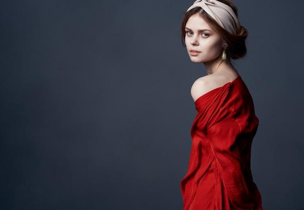 Mulher elegante com vestido vermelho turbante na cabeça brincos joias