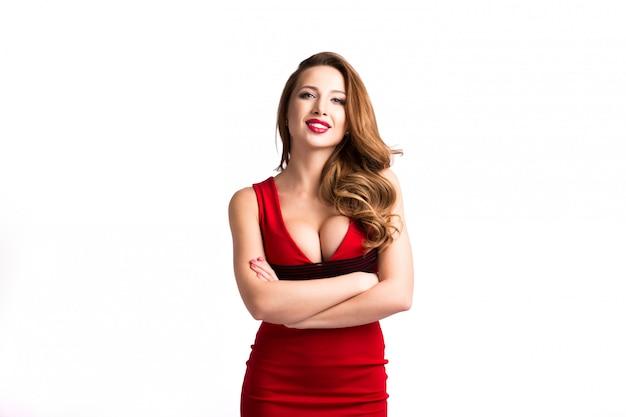 Mulher elegante com vestido vermelho.