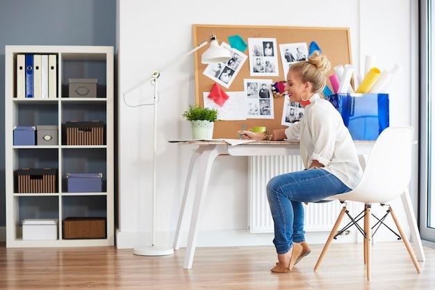 Mulher elegante criando o interior de sua casa