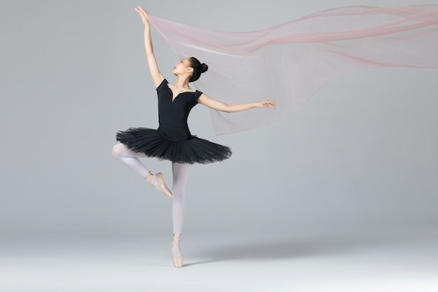Mulher elegante dança balé com fita