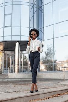Mulher elegante de baixo ângulo, falando por telefone
