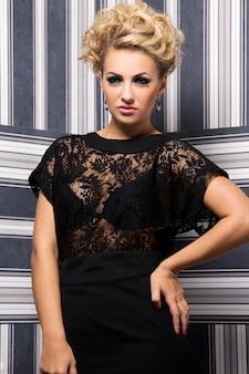 Mulher elegante de vestido preto