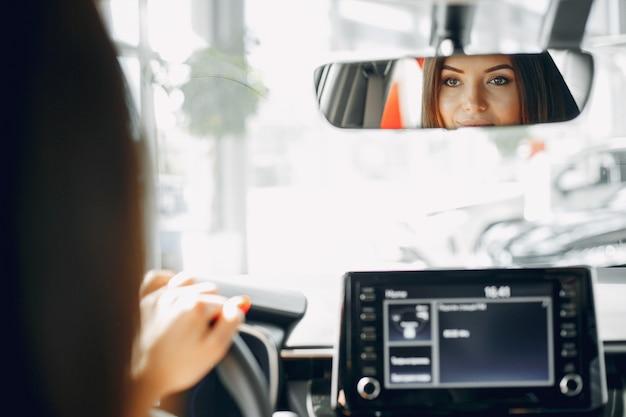 Mulher elegante e elegante em um salão de beleza do carro