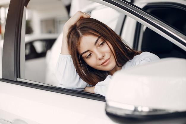 Mulher elegante e elegante em um salão de carro