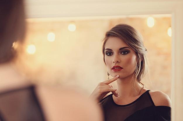 Mulher elegante e glamourosa com maquiagem posando, conceito de moda