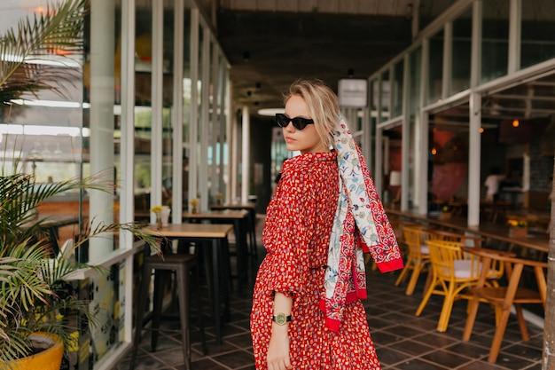 Mulher elegante e moderna com cabelo loiro e vestido vermelho de verão