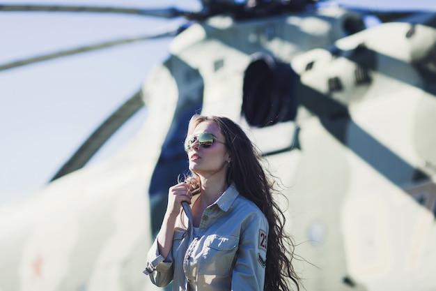 Mulher elegante em óculos de aviador