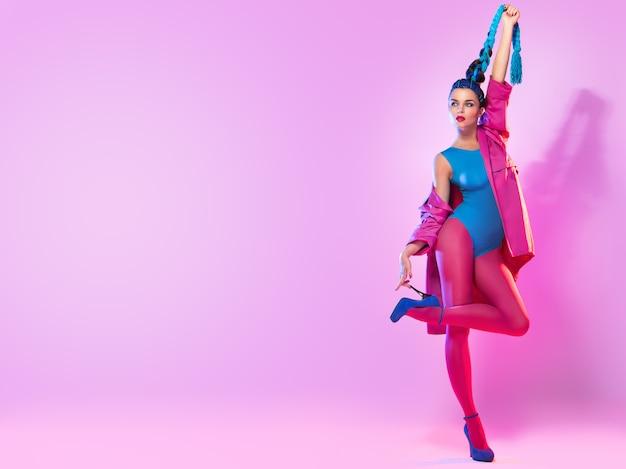 Mulher elegante em roupas rosa e azuis