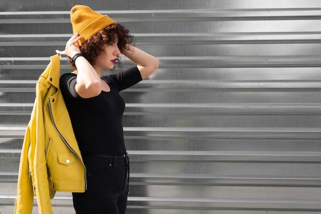 Mulher elegante em rua chiqueiro