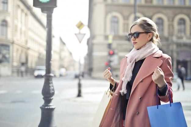 Mulher elegante em um tour de compras no inverno
