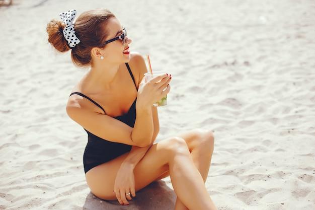 Mulher elegante em uma praia ensolarada