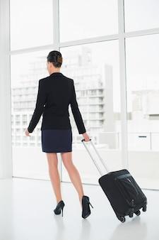Mulher elegante em uma viagem de negócios
