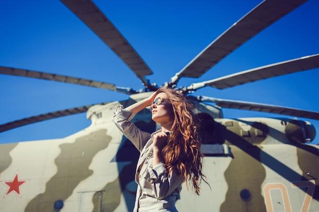 Mulher elegante no fundo de um helicóptero