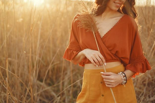Mulher elegante, passar o tempo em um campo de verão