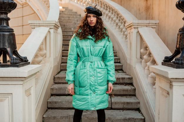 Mulher elegante posando no inverno outono tendência da moda baiacu azul e boina de chapéu na antiga e bonita escada de rua