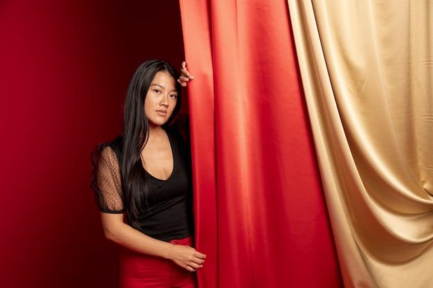 Mulher elegante, posando para o novo ano chinês