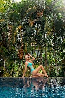 Mulher elegante posando perto da piscina