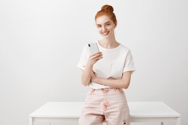 Mulher elegante ruiva usando telefone celular