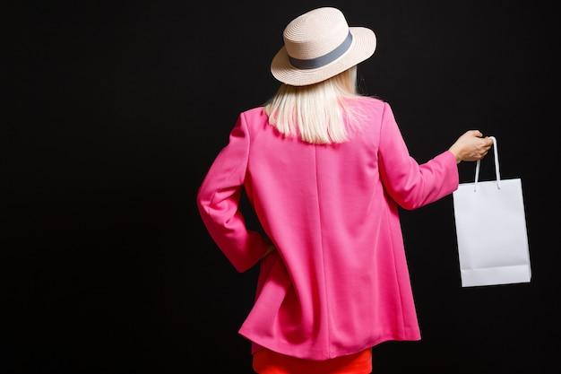 Mulher elegante segurando sacolas de compras, conceito de sexta-feira negra