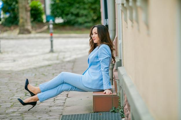 Mulher elegante sentada ao ar livre