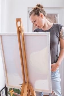 Mulher elegante séria olhando foto
