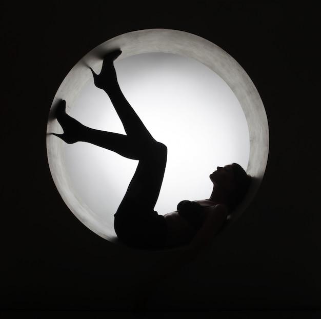 Mulher elegante silhueta em círculo