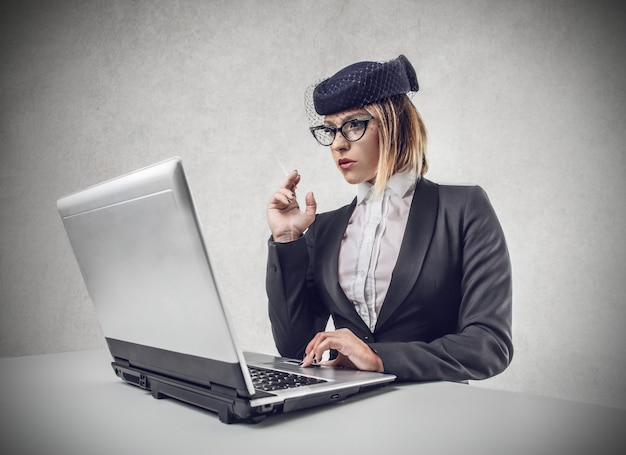 Mulher elegante usando um laptop