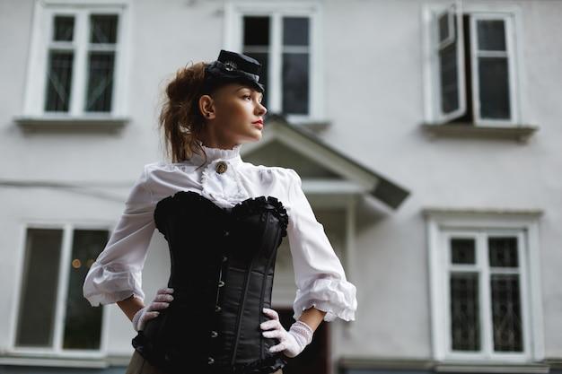 Mulher elegante, vestida em estilo vitoriano retrô