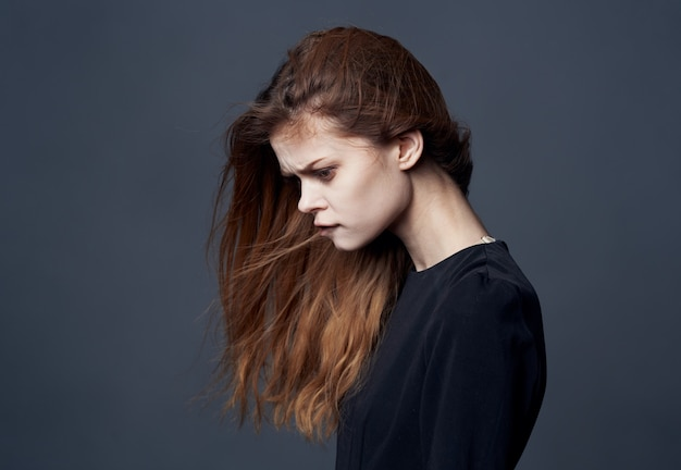 Mulher elegante vestido preto close-up moda luxo