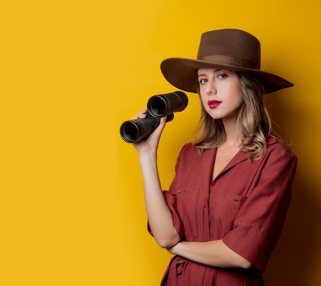Mulher, em, 1940s, estilo, roupas, com, binóculos