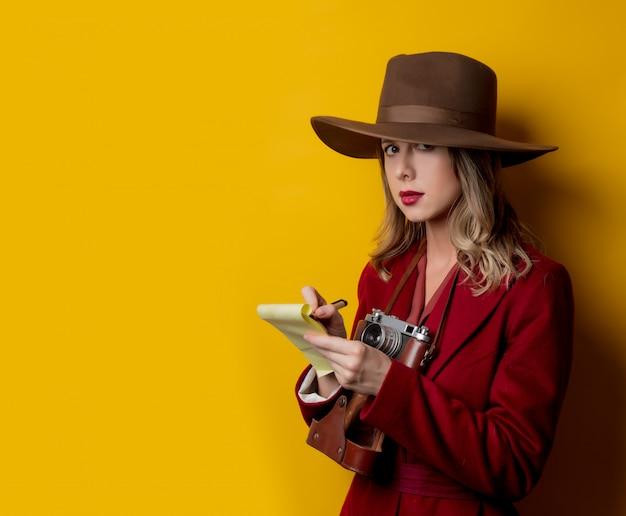 Mulher, em, 1940s, estilo, roupas, com, caderno, e, caneta