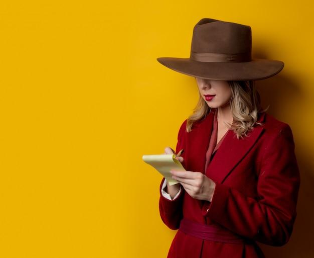 Mulher, em, 1940s, estilo, roupas, com, nota, e, caneta