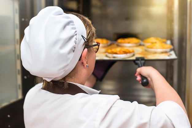 Mulher, em, a, cozinha, de, um, padaria, cozinhar, bolos, em, um, forno