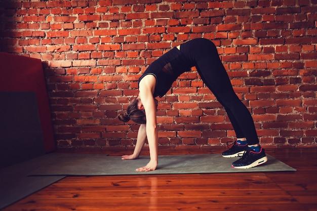 Mulher, em, a, ginásio, fazendo, esticar