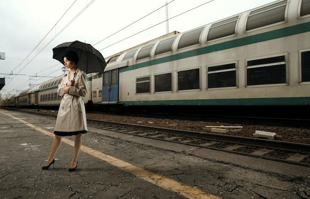 Mulher, em, a, treine estação