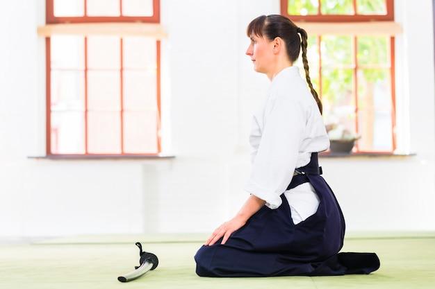 Mulher, em, aikido, artes marciais, com, espada