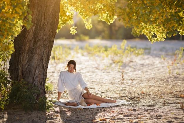 Mulher em autumn park