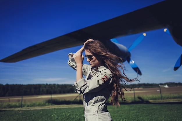 Mulher em aviadores de óculos de sol