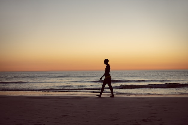 Mulher, em, biquíni, andar, praia