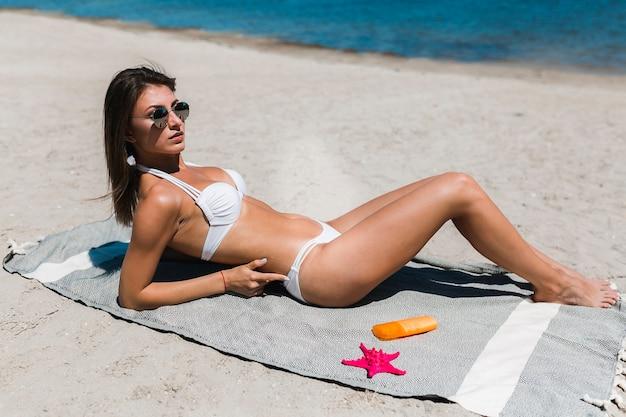 Mulher, em, biquíni, relaxante, ligado, praia