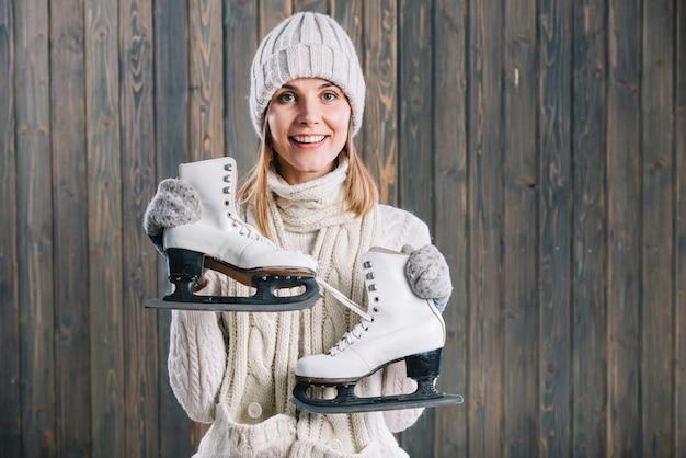 Mulher, em, boné branco, segurando, patins