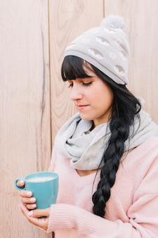Mulher, em, boné, com, xícara café