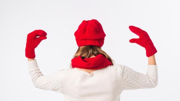 Mulher, em, boné vermelho, com, luva, fantoches