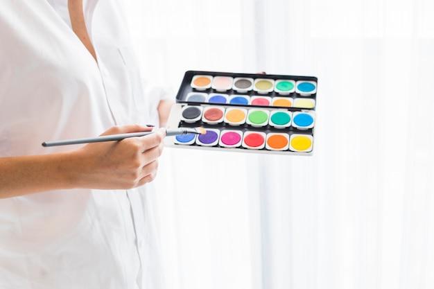 Mulher, em, branca, segurando, aquarela, pinturas, em, mãos