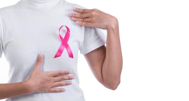 Mulher, em, branca, t-shirt, com, fita rosa, ligado, peito